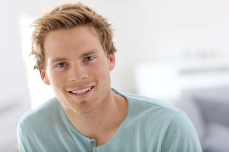 blonde yeux bleus: Portrait de jeune homme beau  Banque d'images