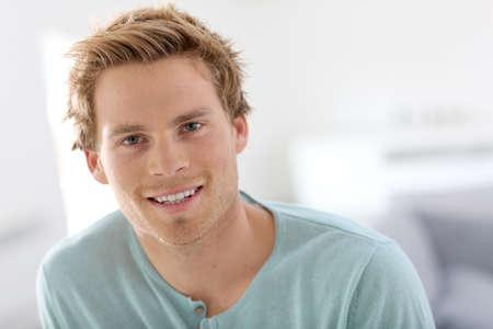ojos verdes: Retrato de hombre joven y guapo