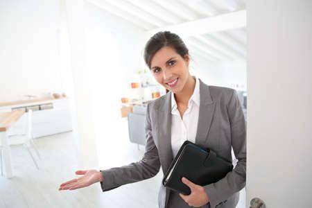 Agent immobilier prêt à présenter la maison de client Banque d'images - 26781517