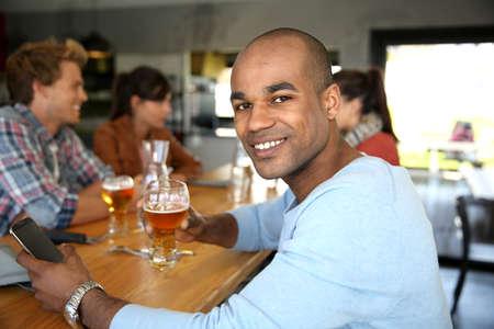 casse-cro�te: L'homme assis � la table snack-bar messages de contr�le