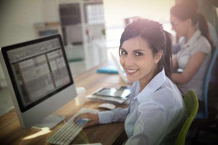 curso de capacitacion: Mujer joven alegre que asistir a la capacitaci�n empresarial