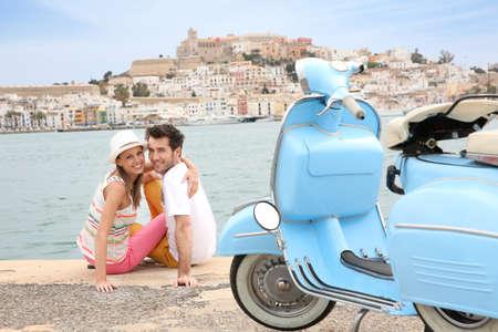 Ritratto di allegra coppia seduta sul porto di Ibiza