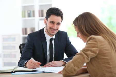 Asesor financiero de mujer de reunión en la Oficina  Foto de archivo - 28044834