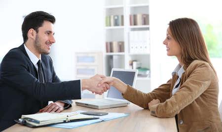 Vrouw die handdruk aan financieel adviseur Stockfoto