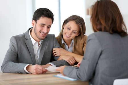Paarvergadering financieel adviseur voor bouwproject Stockfoto