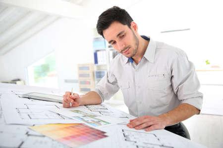 arquitecto: Arquitecto en la construcción de la oficina de dibujo plano