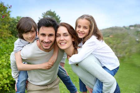 Familia feliz que se divierten en el jardín de casa