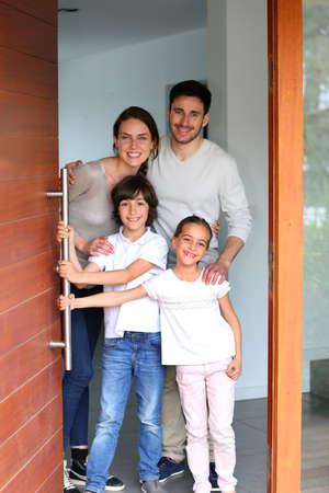 Familie gelukkig om mensen te verwelkomen in nieuw huis Stockfoto
