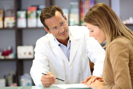 recetas medicas: Veterinario dando consejos m�dicos para el cliente