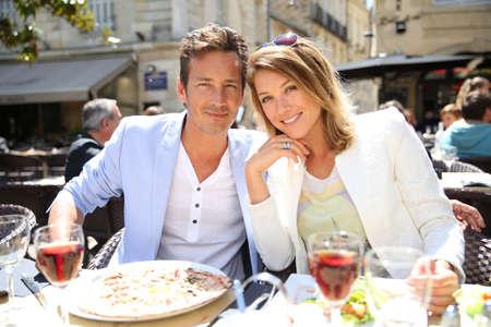pareja casada: Pares que comen el almuerzo en el restaurante al aire libre