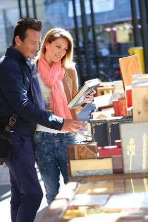 Loving couple marche par livre juste le week-end