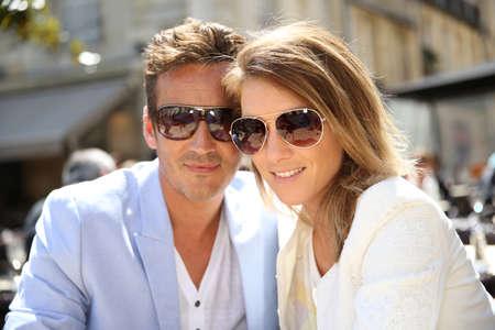トレンディなカップルにサングラスとの肖像画 写真素材