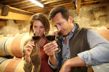 Oenologues de cave à vin dégustation de vin rouge Banque d'images - 28794569