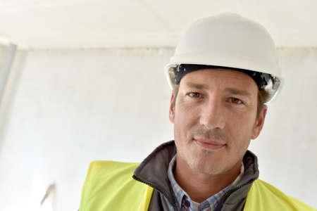 Portrait de gestionnaire de construction sur le site
