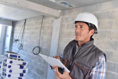 gestionnaire de la construction en utilisant la tablette sur chantier