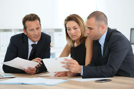 Manager met sales team bijeenkomst in het kantoor Stockfoto