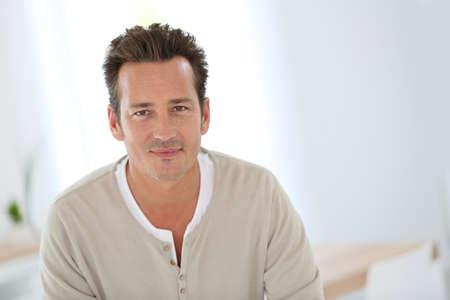 Portret van de knappe 40-jarige man