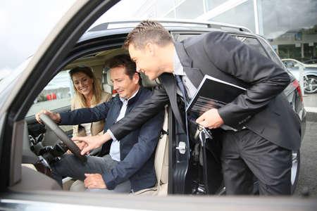 Concessionnaire montrant véhicule habitacle aux clients