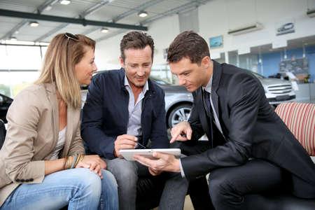 Verbinden Sie das Unterzeichnen Auto Bestellung auf digitalen Tablette