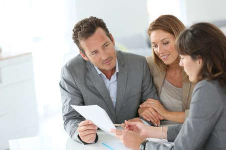 Asesor financiero reunión de los pares por concesión de préstamos Foto de archivo - 29377265