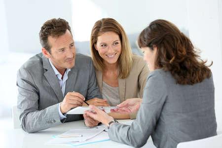 디지털 태블릿에 커플 서명 대출 승인 스톡 콘텐츠