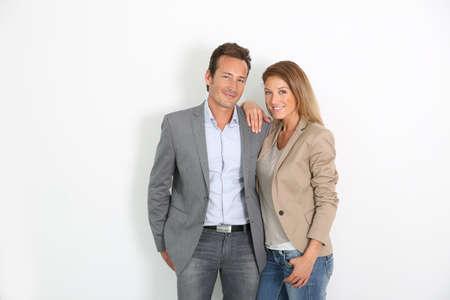pareja de esposos: Sonriente pareja de mediana edad de pie en el fondo blanco