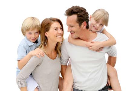 convivencia familiar: Padres que dan a cuestas paseo a los ni�os