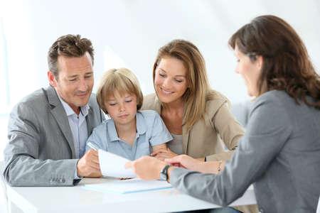 Familie bijeenkomst makelaar aan de nieuwe woning te kopen Stockfoto