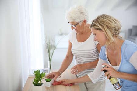 高齢の女性の家のクリーニングの家政婦