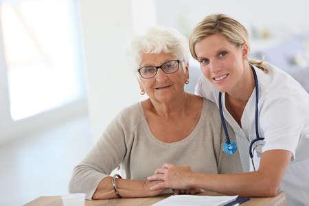 Retrato de joven enfermera con mujer mayor