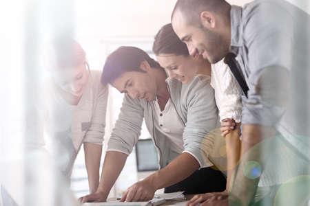 Groep bedrijfsmensen in bureau die aan project werken Stockfoto