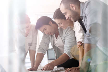 Groep van mensen uit het bedrijfsleven in het kantoor werken op projectbasis