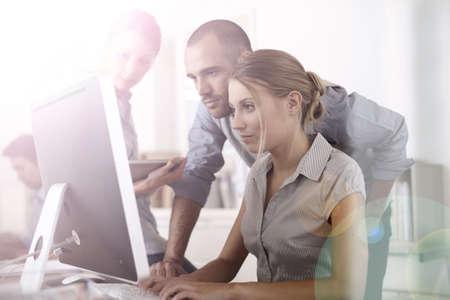 Mensen uit het bedrijfsleven werkt aan project in kantoor