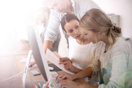 gente exitosa: Grupo de estudiantes en la escuela de negocios