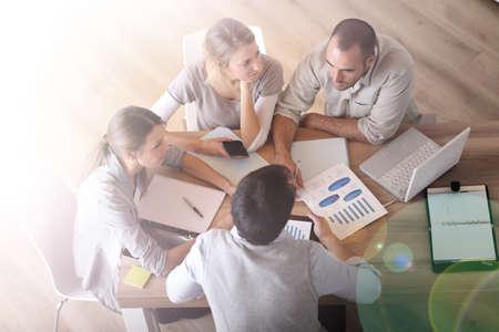 Obere Ansicht von Geschäftsleuten um den Tisch Standard-Bild - 29672492