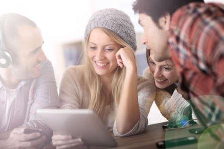 adolescente: Grupo de adolescentes el uso de tecnologías digitales