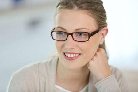 眼鏡で笑顔美人