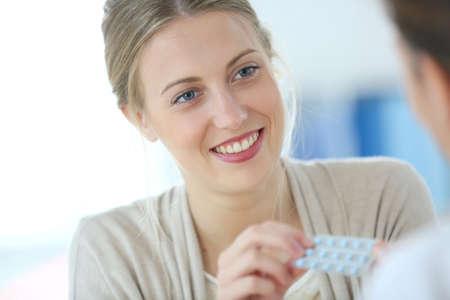 birth control: Mujer joven seing m�dico para las p�ldoras anticonceptivas
