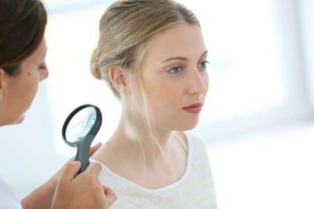 Jonge vrouw zien arts voor dermatologisch toezicht Stockfoto