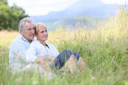 wild grass: Senior pareja se relaja en campo de hierba silvestre