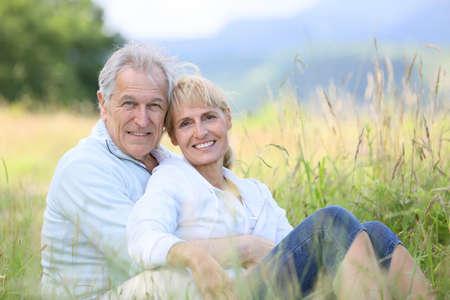 wild grass: Senior pareja de relax en el campo de hierba silvestre Foto de archivo