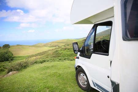 remolque: Vista del campista estacionado en la colina junto al mar