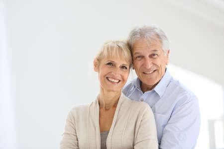 couple enlac�: Couple de personnes �g�es Enthousiaste s'embrassant