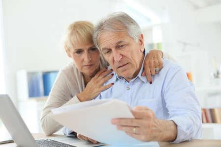 ingresos: Pares mayores que hacen la declaraci�n de la renta en l�nea Foto de archivo