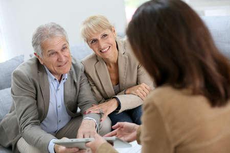 nieruchomosci: Starszy para spotkanie agent nieruchomości Zdjęcie Seryjne