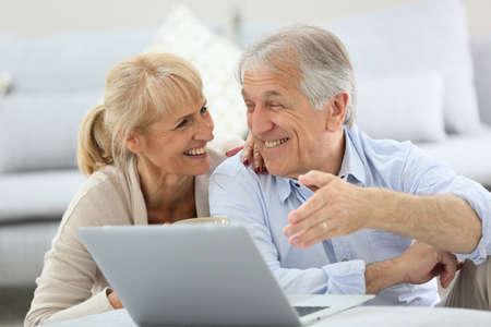 Senior paar websurfen op internet met laptop Stockfoto