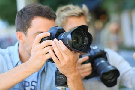 amateur: Los hombres jóvenes en un día de capacitación en fotografía Foto de archivo