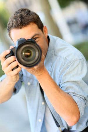 reflex: Fotografo con fotocamera reflex fuori
