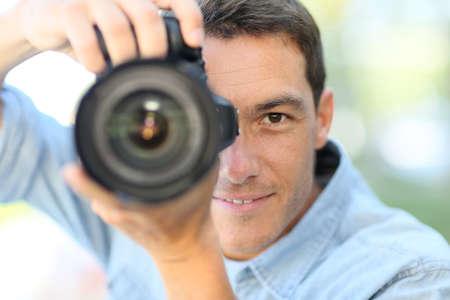 reflex: Il fotografo con fotocamera reflex fuori Archivio Fotografico