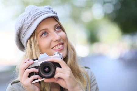 amateur: Retrato de mujer joven con la cámara